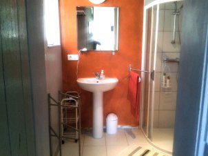 13) Shower room. All towels provided